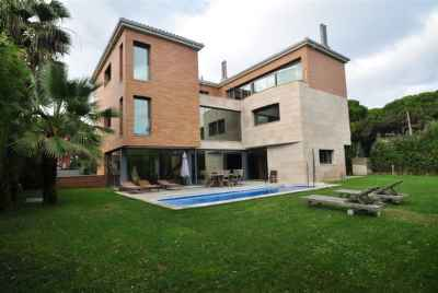 Luxury villa with pool and sea view close to Barcelona